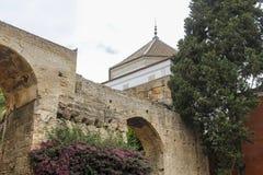 Parede de tijolo velha e uma torre Imagem de Stock