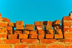 Parede de tijolo velha no céu azul Imagens de Stock Royalty Free
