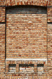 A parede de tijolo velha para a cor da textura ou do fundo, a vermelha e a marrom, elementos arquitetónicos como um tijolo encheu Foto de Stock