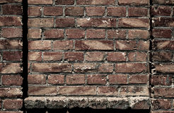 A parede de tijolo velha para a textura ou o fundo, cor escura, elementos arquitetónicos como um tijolo encheu o quadro Fotos de Stock Royalty Free