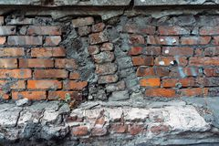 Parede de tijolo velha que cai distante fundo Imagens de Stock Royalty Free