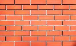 Parede de tijolo vermelho alinhada no meio imagens de stock royalty free