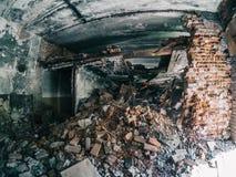 Parede de tijolo vermelho arruinada em uma fábrica de construção abandonada velha Imagem de Stock