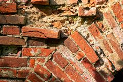 Parede de tijolo vermelho com partes lascadas imagens de stock royalty free