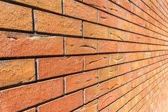 Parede de tijolo vermelho Tijolo decorativo com defeitos e quebras artificiais Opinião de ângulo com perspectiva Imagens de Stock Royalty Free