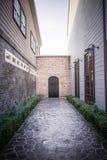 A parede de tijolo vermelho e a porta fechado de madeira Imagens de Stock Royalty Free