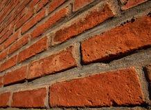 Parede de tijolo vermelho em um ângulo Fotos de Stock