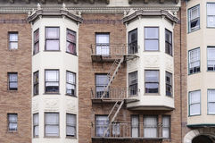 Parede de tijolo vermelho moderna com muitas janelas Fotos de Stock