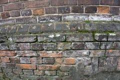Parede de tijolo vermelho pálida muito velha como o fundo ou o papel de parede Textura e teste padrão do tijolo foto de stock