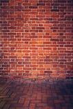 Parede de tijolo vermelho retro e assoalho do tijolo foto de stock royalty free