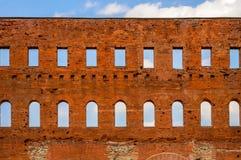 Parede de tijolo vermelho romana antiga com janelas Imagens de Stock