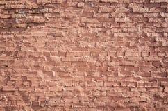 Parede de tijolo vermelho suja velha, fundo liso frontal imagens de stock royalty free