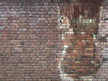 Parede de tijolo vermelho velha com uma placa de janela, restaurada por pedras do mesmo tipo foto de stock royalty free