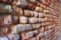 Parede de tijolo vermelho velha em Veneza imagens de stock