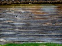 A parede de uma cabana da vila feita de placas de madeira Material natural foto de stock royalty free