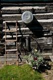 Parede de uma cabana rústica de madeira velha fotografia de stock