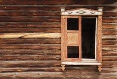 Parede de uma casa de madeira velha e do vento lop-sided foto de stock royalty free