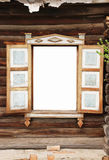 Parede de uma casa de madeira velha e do vento lop-sided fotos de stock
