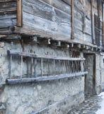 Parede de uma casa de país de origem e de uma escada de madeira imagens de stock royalty free