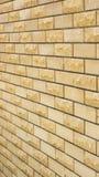 parede de uma pedra decorativa amarela selvagem Fotos de Stock