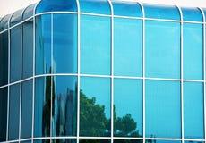 Parede de vidro da construção moderna com cantos curvados fotos de stock