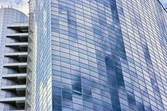 Parede de vidro de um edifício moderno fotografia de stock royalty free