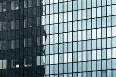 Parede de vidro do espelho do edifício foto de stock