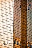 Parede de vidro do prédio de escritórios dourado Fotografia de Stock Royalty Free