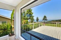 Parede de vidro na casa com opinião da água Imagens de Stock Royalty Free