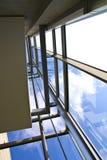 Parede de vidro no edifício de escritórios disparado do interior imagens de stock