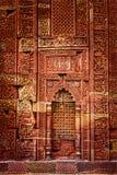 Parede decorada no complexo de Qutub. Deli, Índia fotografia de stock