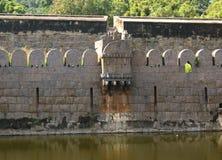 Parede decorativa grande antiga do forte do vellore com árvores Fotografia de Stock Royalty Free