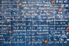A parede do amor com ` do ` da frase eu te amo em línguas diferentes Foto de Stock