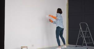 Parede do apartamento da pintura da mulher no humor alegre