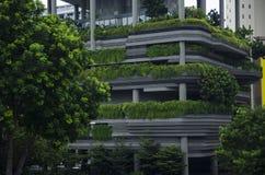 Parede do arranha-céus com os terraços das plantas verdes Imagem de Stock Royalty Free