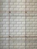 Parede do azulejo e trilho brancos do aço Imagem de Stock