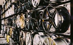 a parede do carro da liga roda dentro a loja Foto de Stock Royalty Free