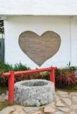 Parede do cervo do tijolo e água-bem velha Foto de Stock Royalty Free
