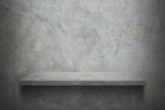 parede do cimento com a prateleira para o teste padrão foto de stock