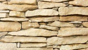 A parede do coquina amarelo obstrui o close up Imagens de Stock Royalty Free