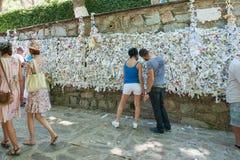 A parede do desejo, pessoa pendura pedir das notas fotos de stock royalty free
