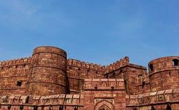 Parede do forte de Agra com Amar Singh Gate, Índia Foto de Stock