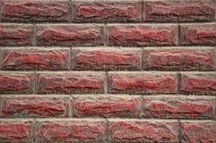 Parede do fundo e textura de pedra, para o exterior Pedra de terminação, projeto Vermelho, sujo, com poeira e gotejamentos da chu fotografia de stock