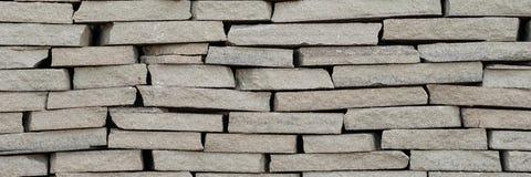 A parede do fundo pequena ilumina - o tijolo decorativo estrutural marrom foto de stock royalty free