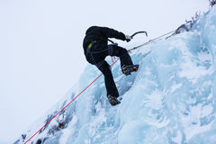 Parede do gelo da escamação do montanhista de gelo fotografia de stock
