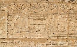 Parede do hieróglifo de Egito do templo antigo de Karnak Foto de Stock