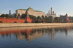 Parede do Kremlin de Moscou e rio de Moscou fotos de stock