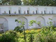Parede do monastério, com fendas Fotografia de Stock
