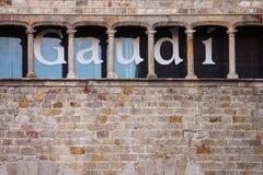 Parede do museu de Gaudì com letras grandes nela fotografia de stock