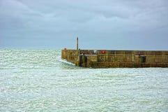 Parede do porto e inchamento do mar pesado foto de stock